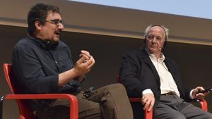 Albert Sánchez Piñol yPhilip Pullmanen el Auditori Disseny Hub de Barcelona.