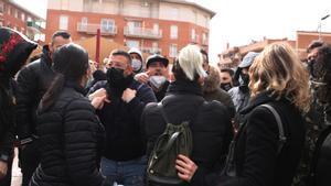 Momentos de tensión vividos entre los manifestantes antifascistas y un grupo de vecinos contrarios a la protesta. Vídeo ACN