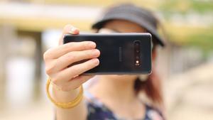 Los españoles pasan tres horas y 51 minutos de media conectados al móvil.