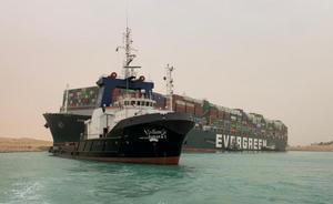 El barco que bloquea el Canal de Suez.