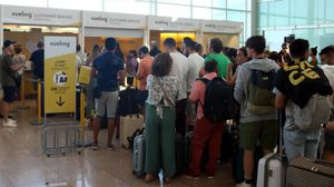 Pasajeros hacen cola ante el mostrador de reclamaciones de Vueling, este domingo.