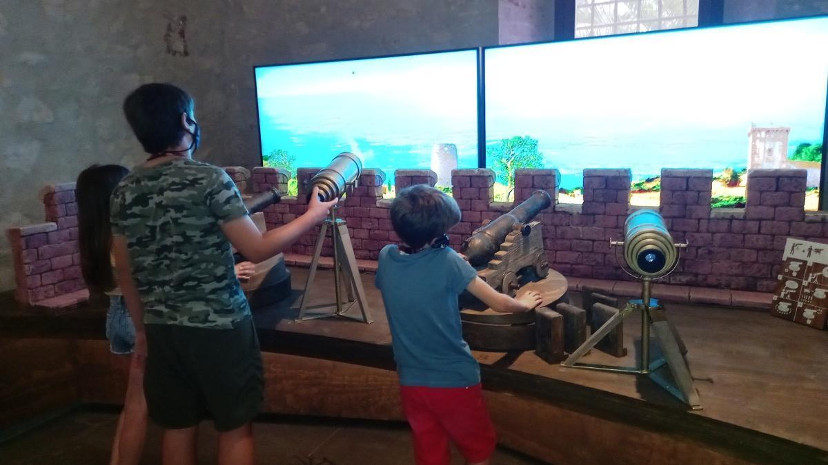 Unos niños juegan a Divisa y bombardea en el espacio Piratia.