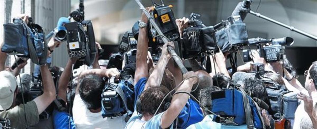 Numeros periodistas aguardan la salida del tesorero del PP, Luis Bárcenas, ante las puertas del Tribunal Supremo, ayer.