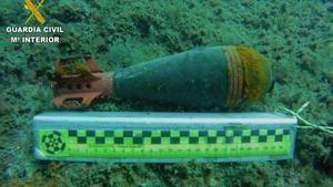 Contenedor explosivo sin carga que ha sido encontrado en Cala Caials, en Cadaqués.