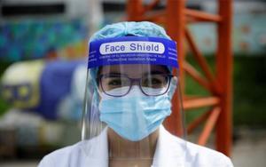 Personal médico de El Salvador con protección facial por el coronavirus.