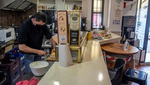 Eusebio prepara bocadillos para llevar en su restaurante de Toledo, después de participar en la manifestación en contra de las restricciones.