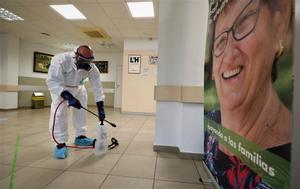 Tareas de desinfección en el Casal degente mayor de Pubilla Casas en L'Hospitalet de Llobregat.
