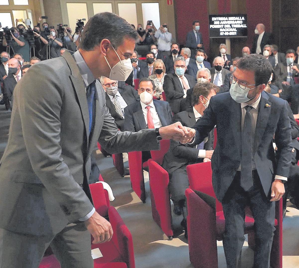 El presidente del Gobierno, Pedro Sánchez, saluda al president de la Generalitat, Pere Aragonès, durante un acto en Foment del Treball a principios de mes.