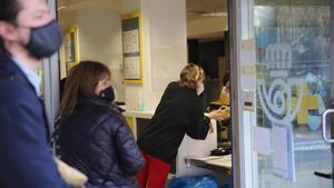 Ciudadanos esperan en la oficina de Correos de paseo de Sant Joan, en Barcelona.