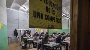 Alumnos de cuarto de ESO del instituto La Llauna de Badalona durante las pruebas de competencias básicas, el pasado 6 de febrero.