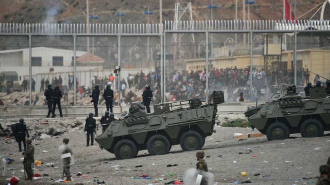 Decenas de personas siguen entrando en Ceuta ante pasividad policial marroquí. En la foto, tanques del Ejército español colaboran en las devoluciones en caliente que están efectuando a los migrantes que han entrado enCeutaprocedente de Marruecos.
