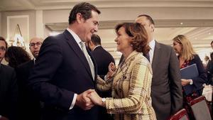 El presidente de la CEOE, Antonio Garamendi, junto a la vicepresidenta Carmen Calvo.