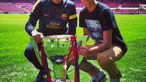 Tito y su hijo Adrià, con el trofeo de la Liga 2012-2013, en una foto colgada en Twitter por el joven para agradecer todo el apoyo recibido tras la recaída de su padre.
