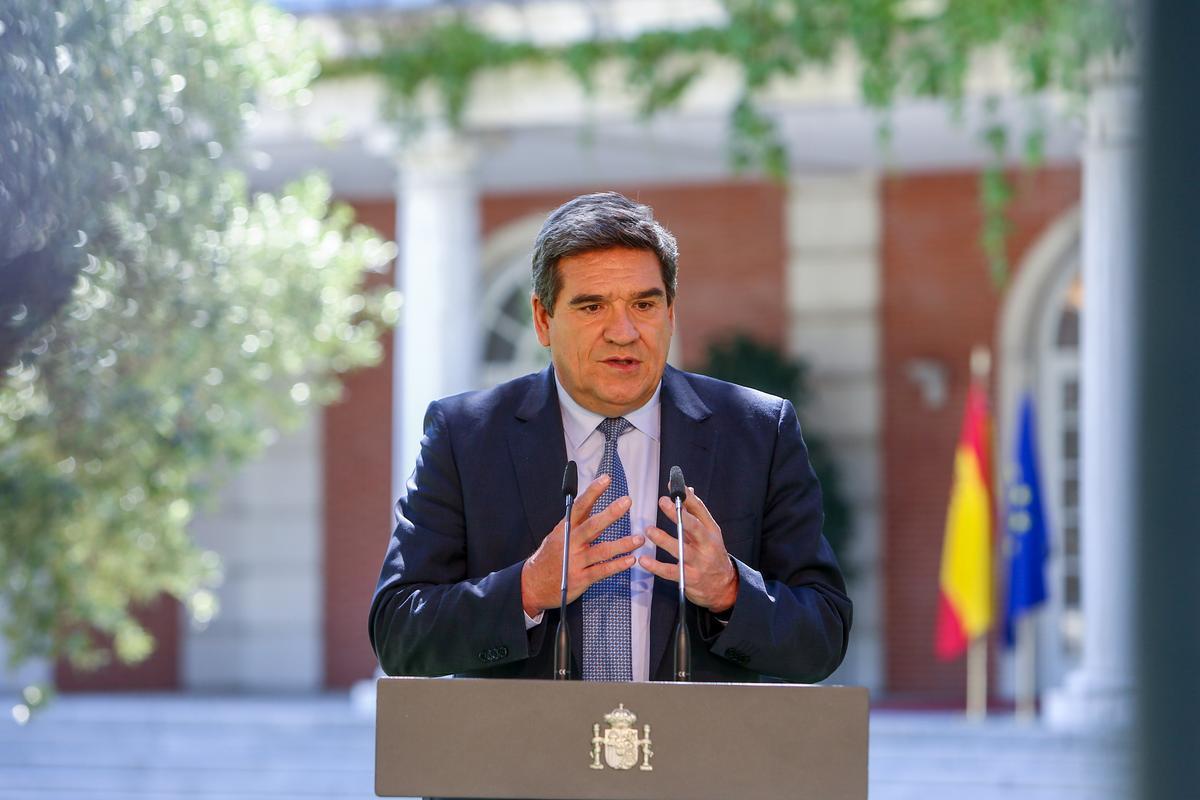 El ministro de Inclusión y Seguridad Social, José Luis Escrivá, en los jardines de La Moncloa.