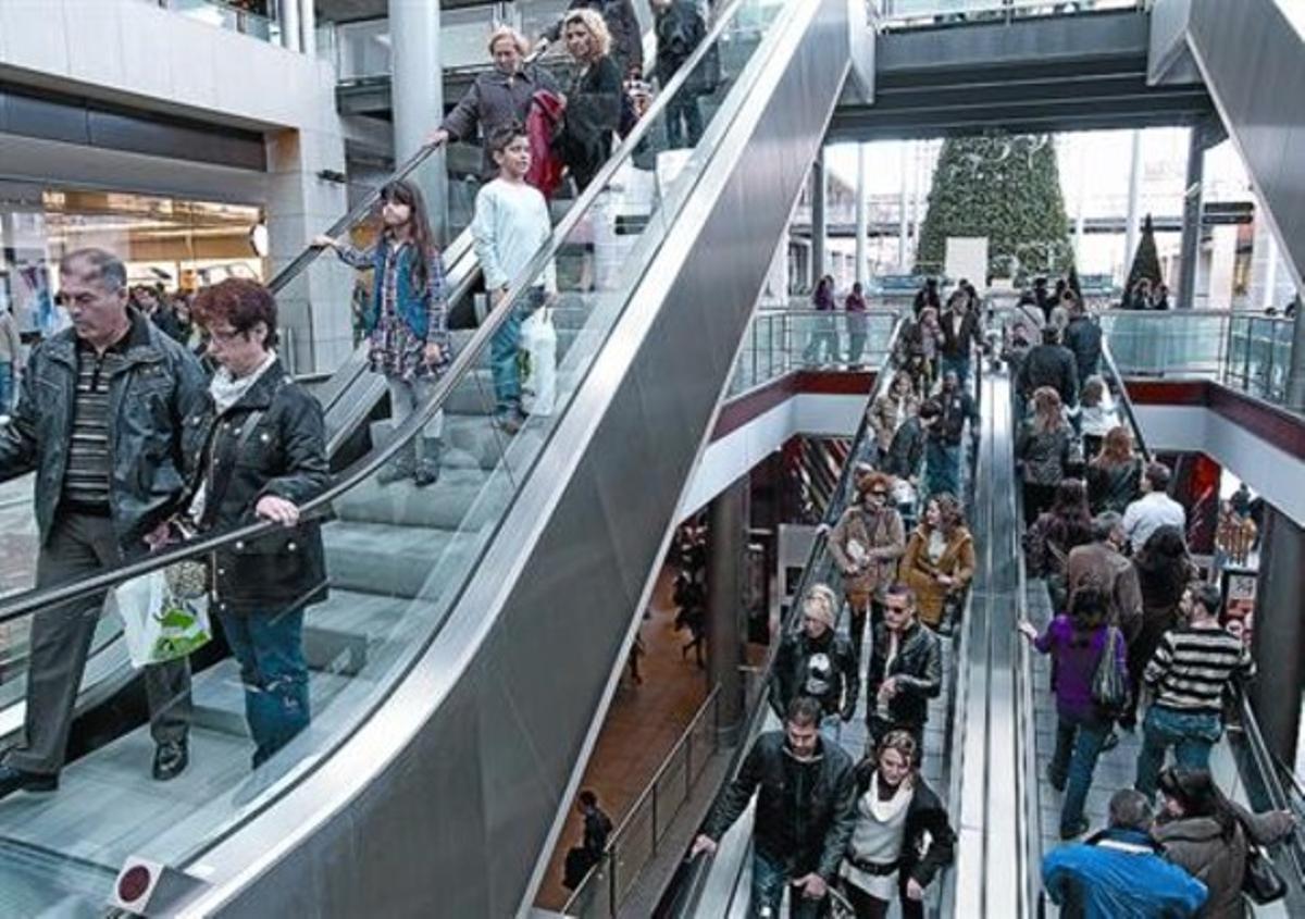 Decenas de ciudadanos pasean por el centro comercial La Maquinista.