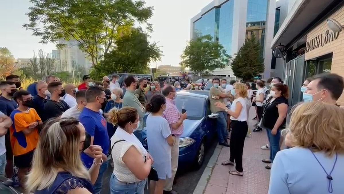 Las personas evacuadas del Hotel Nuevo Madrid por el incendio reciben instrucciones, este jueves