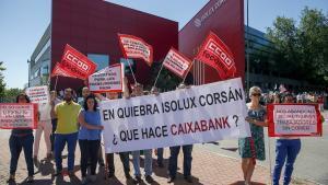 Protesta de trabajadores de Isolux, ante la celebración de la junta de accionistas.