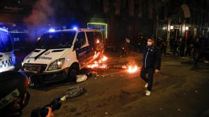 Fuego en las Rambles durante la manifestación por Hasél, este sábado en Barcelona