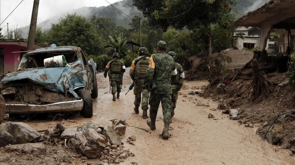 Soldados mexicanos recorren el municipio de Huahuchinango.
