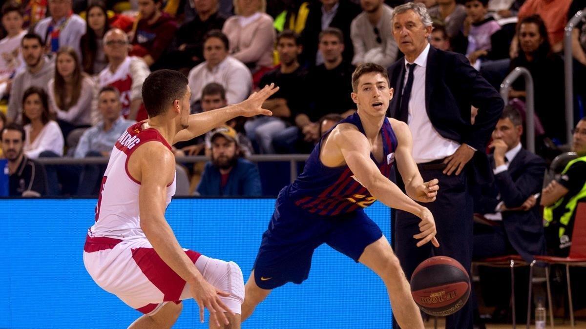 El joven Aleix Font, defendido por Lundberg, en su debut en la Liga Endesa con el Barça.