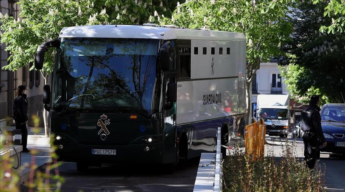Un furgón de la Guardia Civil traslada a los detenidos de la 'operacion Lezo'.