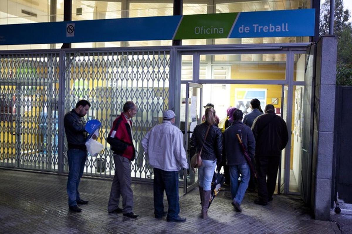 Parados haciendo cola en la Oficina de Treball de la Generalitat
