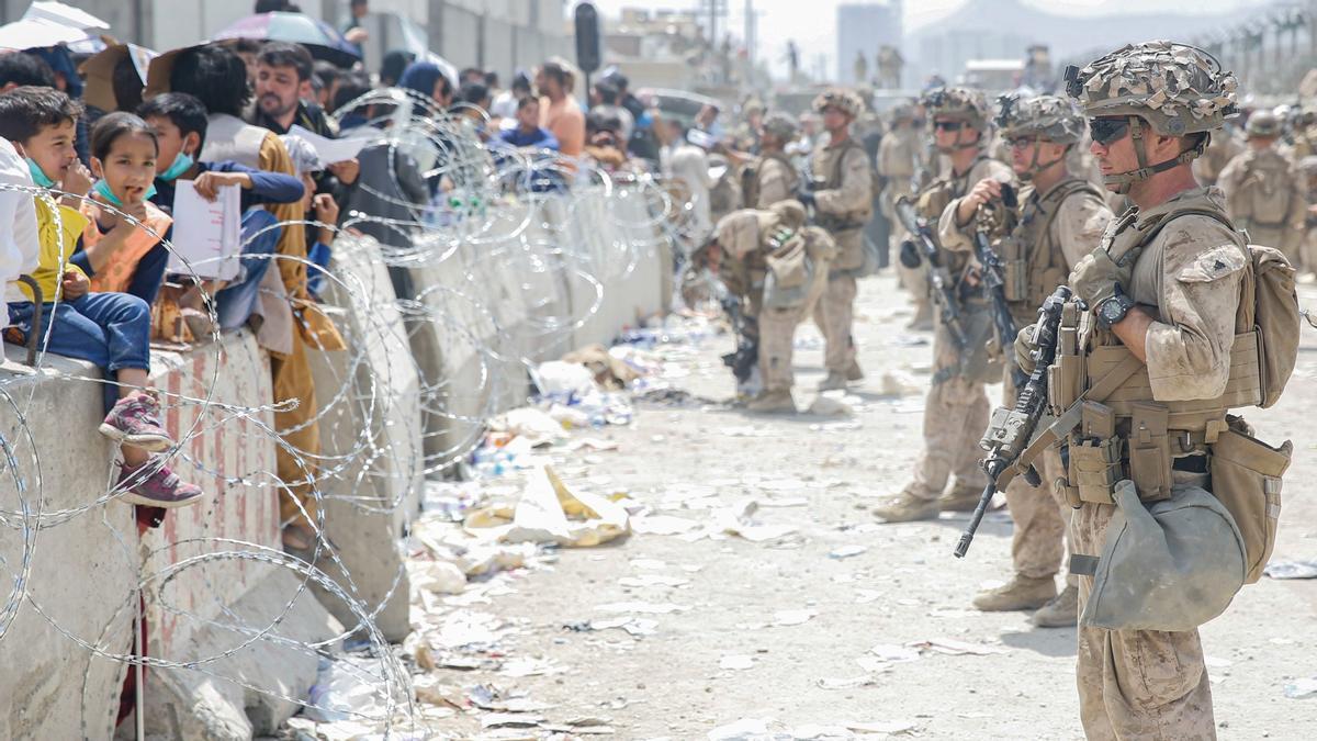 Militares estadounidenses custodiando el aeropuerto de Kabul durante la evacuación tras la toma de la capital por los talibanes, este sábado.