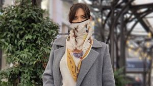 Sara Carbonero con su mascarilla pañuelo.