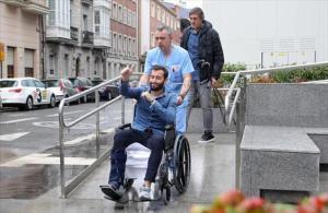 Aleix Vidal, en silla de ruedas, antes de ser trasladado desde Vitoria.