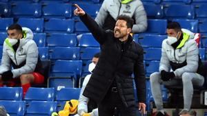 Diego Simeone da órdenes durante el partido contra el Chelsea.