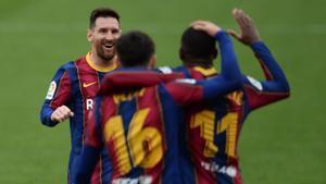 Messi acude a celebrar el primer gol del Barça junto a Pedri y Dembélé.