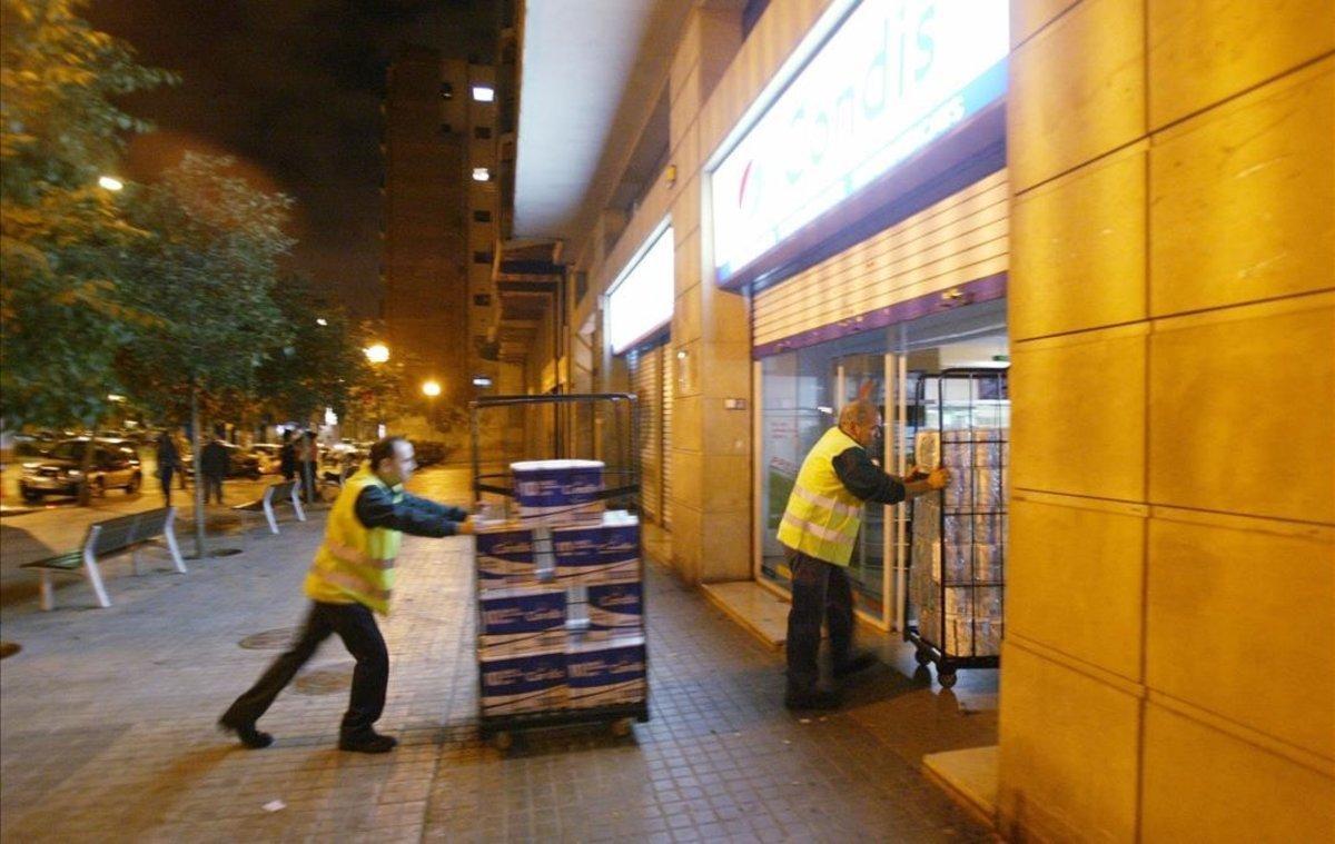 Reparto de mercancía en horario nocturno en un súper del centro de Barcelona.