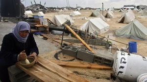Una mujer palestina prepara comidaen un campo de refugiados.
