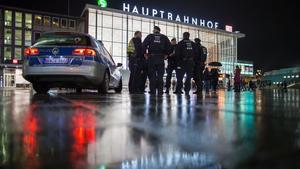 Oficiales de la policía patrullan en la estación principal de Colonia, en Alemania, la noche del 6 de enero.