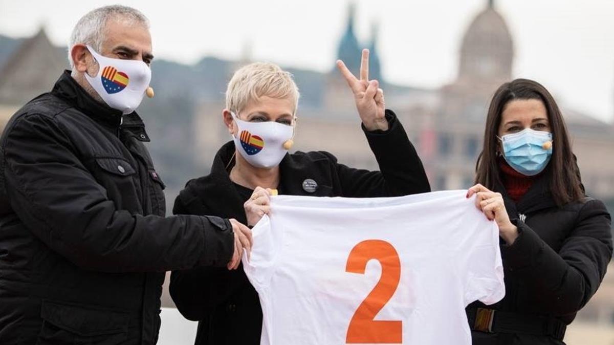 La periodista y escritora Anna Grau (c) que ocupara el número 2 de la lista de Ciudadanos en la demarcación de Barcelona junto a  Inés Arrimadas y Carlos Carrizosa.