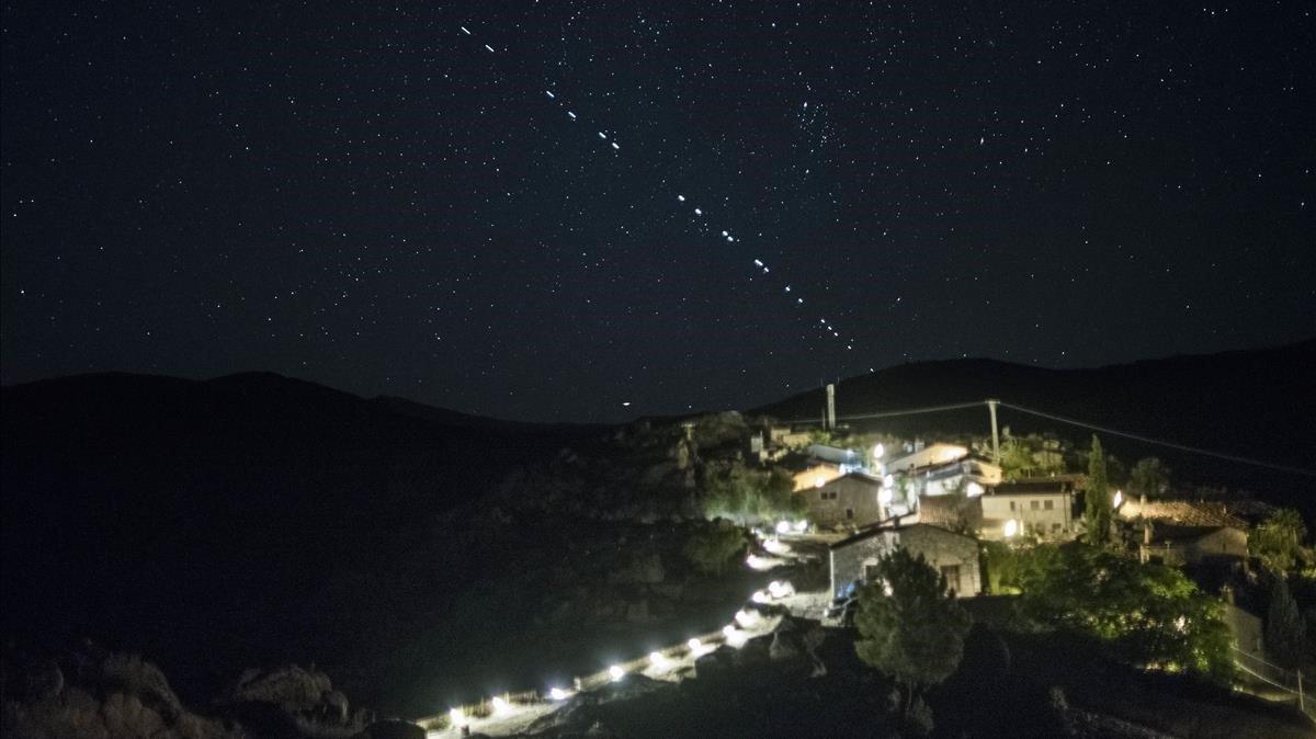 Satélites del proyecto 'StarLink' pasando por encima de la villa de Trevejo (Cáceres), el pasado junio.