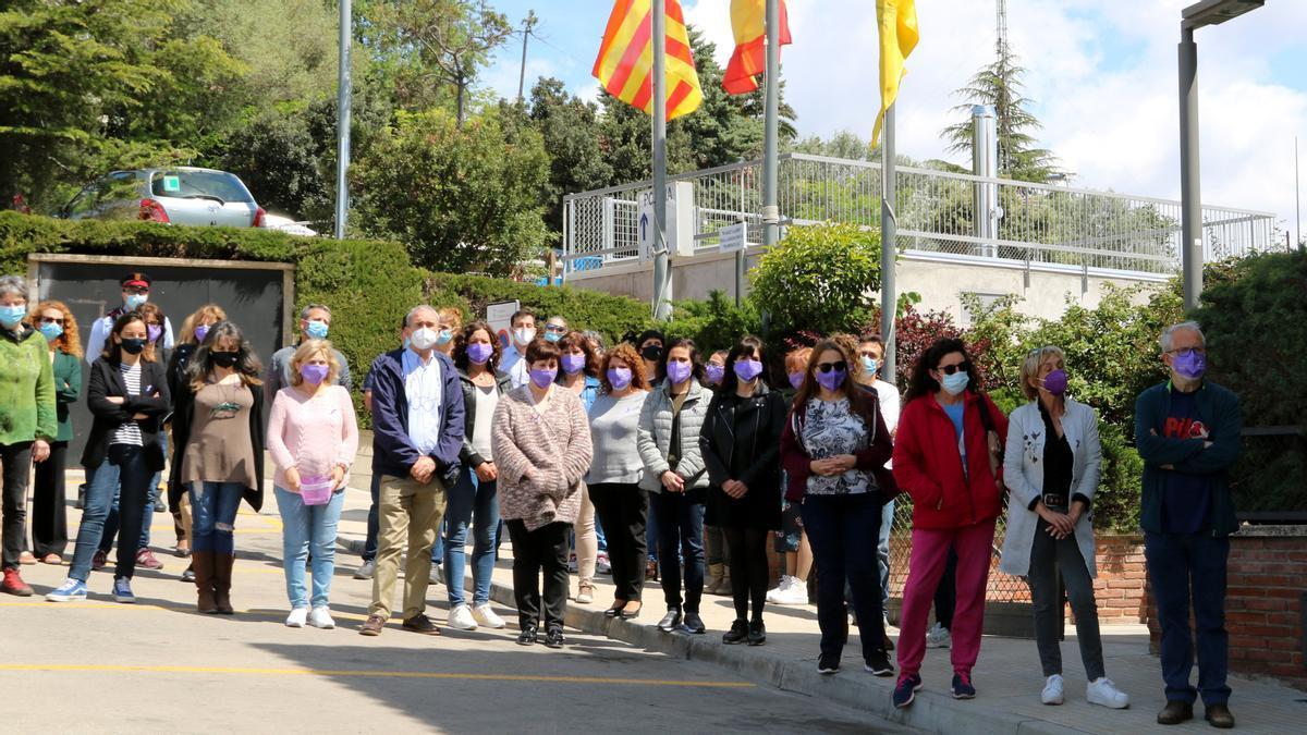 Vecinos de Corbera de Llobregat durante el minuto de silencio por la muerte de Lucía.