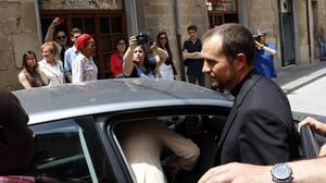 El obispo Novell sale escoltado por la policía de la iglesia de Tàrrega en medio de un fuerte griterío.