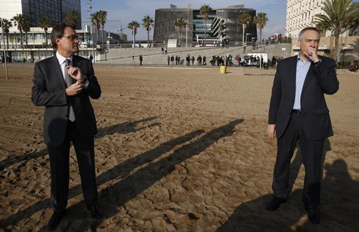 Artur Mas (izquierda) y Pere Navarro, el pasado 24 de noviembre, jornada de reflexión de las elecciones autonómicas. JULIO CARBÓ