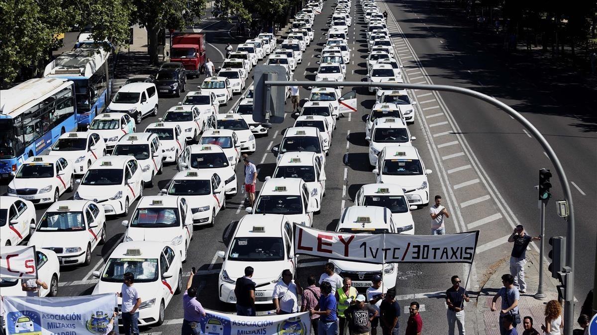 Los taxis colapsan la Gran Vía deBarcelona y laCastellana de Madrid.