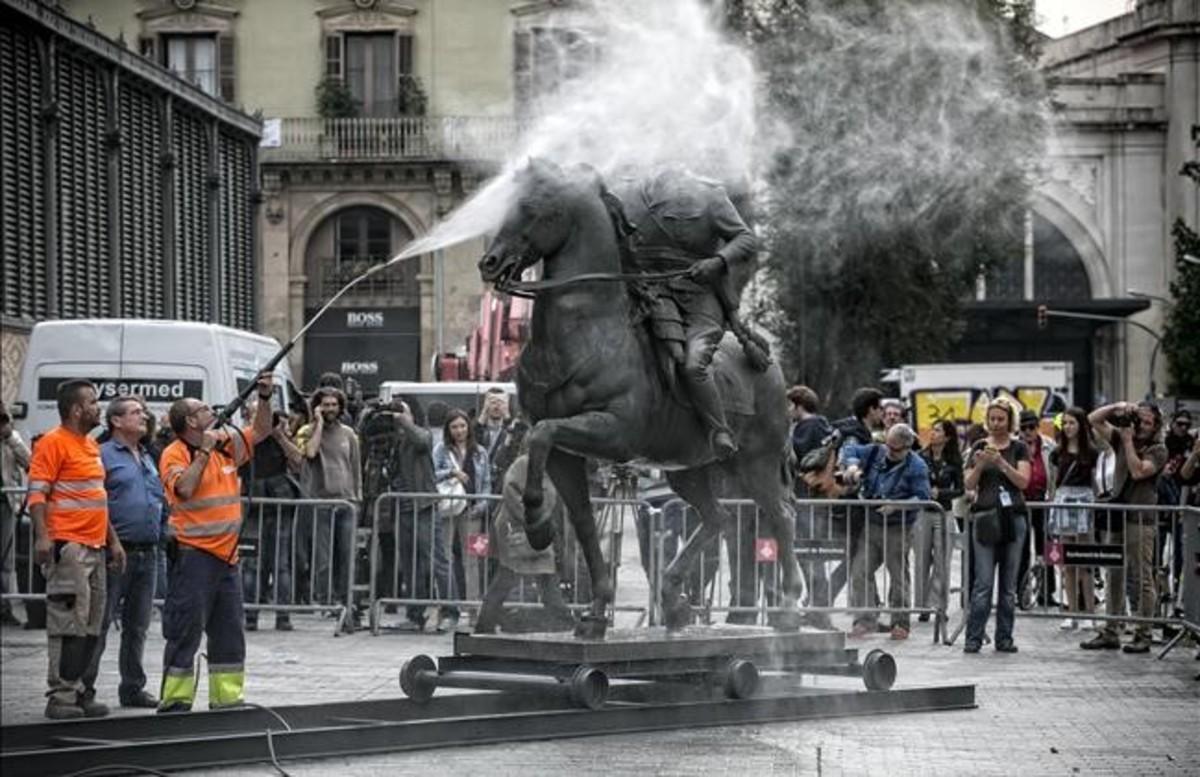 Limpieza de la escultura de Franco decapitado, este lunes, ante el Born Centre de Cultura i Memòria.