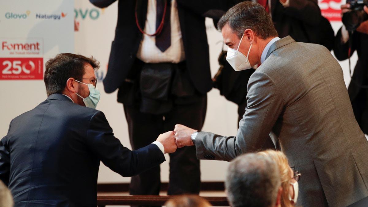 Pedro Sánchez y Pere Aragonès se saludan en un acto de Foment del Treball en Barcelona.