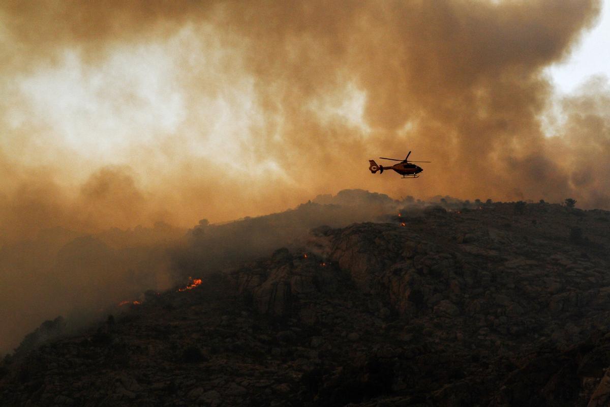 Varios focos del incendio en el término abulense de Navalacruz a 16 de agosto.