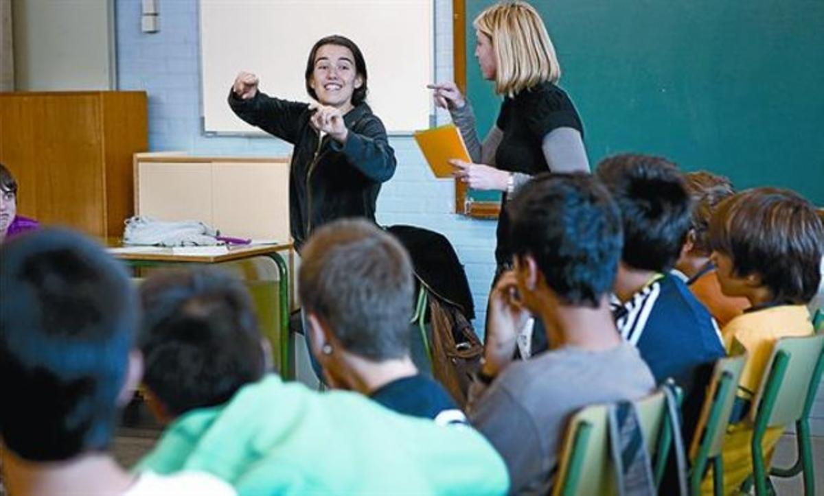 Nerea -a la derecha- y Laura imparten el taller contra la violencia machista en un instituto de Mollet, el martes.