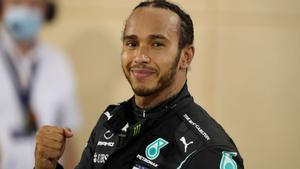 El piloto Lewis Hamilton da positivo en coronavirus.