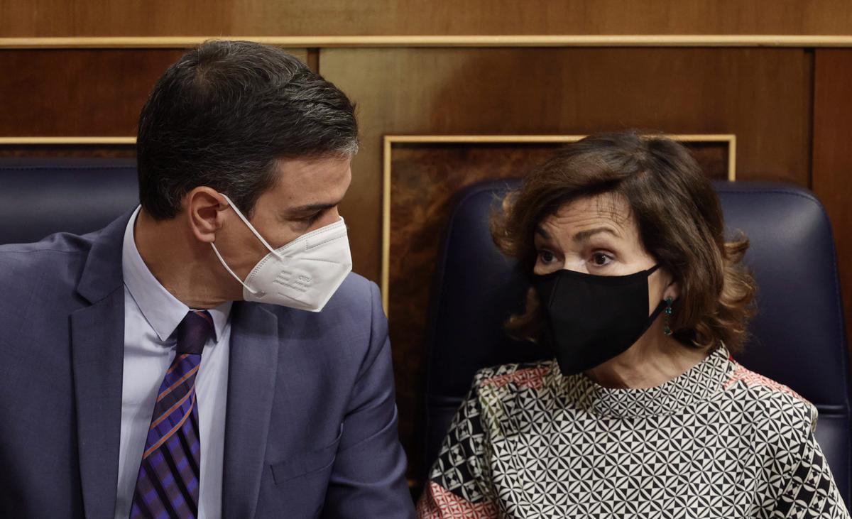 El presidente del Gobierno, Pedro Sánchez, y la hasta ahora vicepresidenta primera, Carmen Calvo, el pasado 10 de julio en el Congreso.
