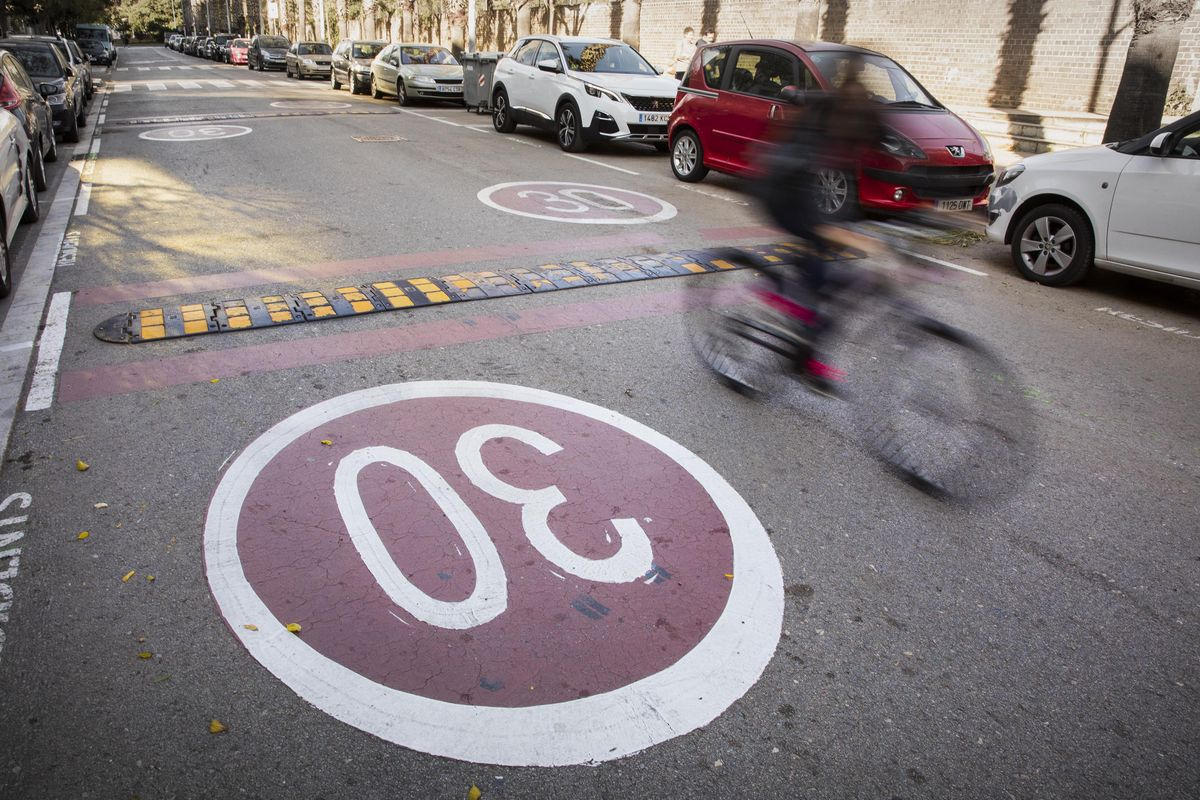 Zona 30 situada en el Passeig Salvat Papasseit, en La Barceloneta.