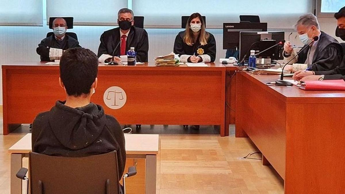 El joven que apuñaló a su compañero de clase, de espaldas en el juicio celebrado en Elche.