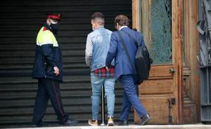 El fiscal somete a la víctima de una violación múltiple en Sabadell a un incisivo interrogatorio. En la foto, uno de los acusados de la violación llega a la Audiencia de Barcelona.