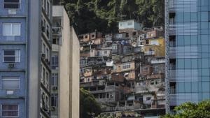 En la playa de Copacabana, en Brasil, la vista de los edificios de lujo choca con la imagen de las favelas que se vislumbran en el fondo.